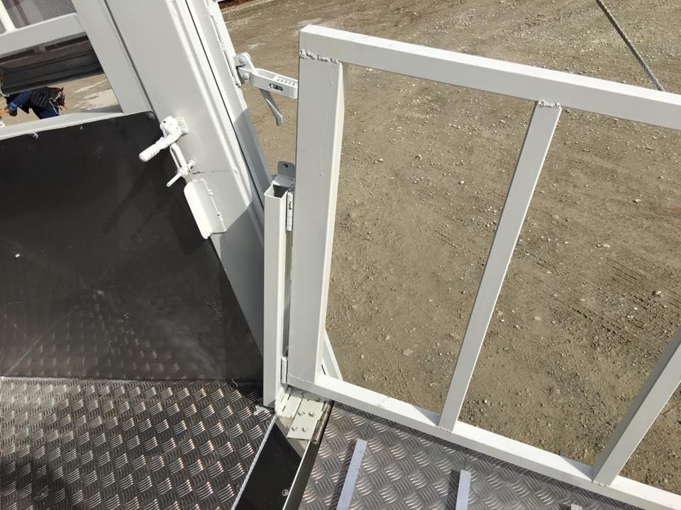 家畜運搬車のスロープ(ゲート)の柵(暴れ止め)4